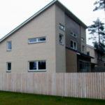 Как выглядит частный дом с фасадом с односкатной крышей