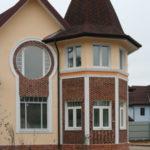 Как выглядит фасад с крулыми окнами