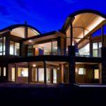 Классический фасад трехэтажного дома