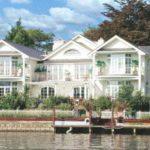 Классический стиль фасада трехэтажного дома