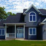 Красивая отделка дома с синим фасадом