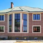 Красиво оформленнный фасад с большими окнами