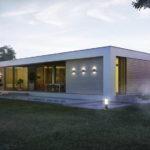 Красиво оформленный фасад с плоской крышей