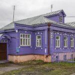Красивый дом с фиолетовым фасадом