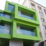 Красивый фасад из зеленых панелей