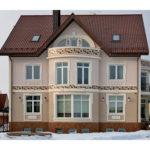 Красивый фасад с балконом частного дома