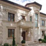 Красивый фасад с оригинальными квадратными окнами