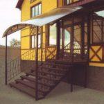 Красивый фасад с применением лестницы