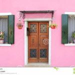 Красивый фасад в розовом оформлении