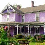 Красивый фиолетовый фасад дома