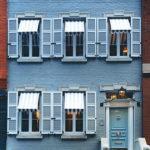 Красивый нежный голубой фасад