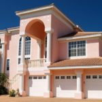 Красивый розовый фасад