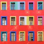 Красный фасад с яркими окнами