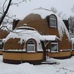Круглый фасад дома выглядит оригинально