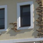 Маленькие окна украшают фасад здания