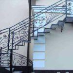 Наружная лестница влияет на фасад здания