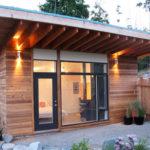 Небольшой дом с фасадом, который имеет односкатную крышу