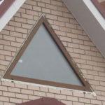 Необычное треугольное окно фасада частного дома