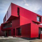 Необычный дом с красным фасадом