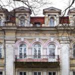 Облик фасада с маленькими аккуратными окнами