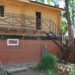 Облик фасада с практичной лестницей