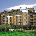 Обустройство фасада четырехэтажного жилого современного дома
