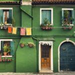 Оформление дома с зеленым фасадом