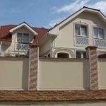 Оформление фасада с красивыми квадратными окнами