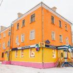 Оранжевый фасад красивого дома