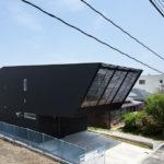 Оригинальная постройка с фасадом черного цвета из панелей