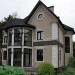 Оригинальный дом с фасадом с маленькими аккуратными окнами