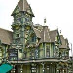 Оригинальный дом в зеленом цвете