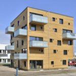 Оригинальный фасад с красивым оформлением пятиэтажного дома