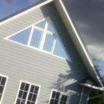 Оригинальный фасад с треугольными пластиковыми окнами