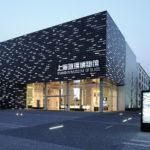 Оригинальный и красивый фасад в черном цвете