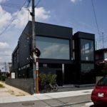 Панели черного цвета для создания практичного фасада