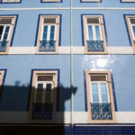 Практичная голубая плитка для фасада