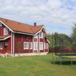 Покраска фасада в бордовый цвет