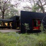 Практичные черные панели для обустройства фасада