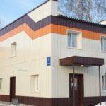 Применение оранжевых панелей для создания фасада