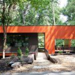 Пример использования оранжевых панелей для фасада
