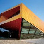Пример применения красных панелей для оформления фасада
