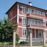Пример яркого фасад четырехэтажного дома