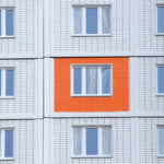 Привлекательный фасад квартиры с оранжевыми панелями