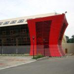 Радиусный красивый фасад с красными панелями