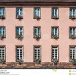 Розовый фасад здания