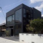 Современные панели черного цвета для фасада дома