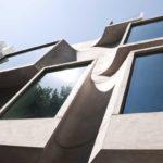 Современный фасад с маленькими окнами