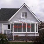 Современный фасад с практичной трехскатной крышей