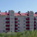 Современный пятиэтажный дом с современным фасадом